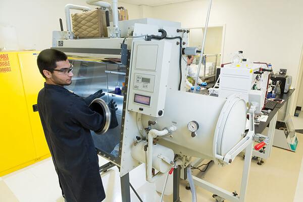 HPAPI handling in glovebox isolator